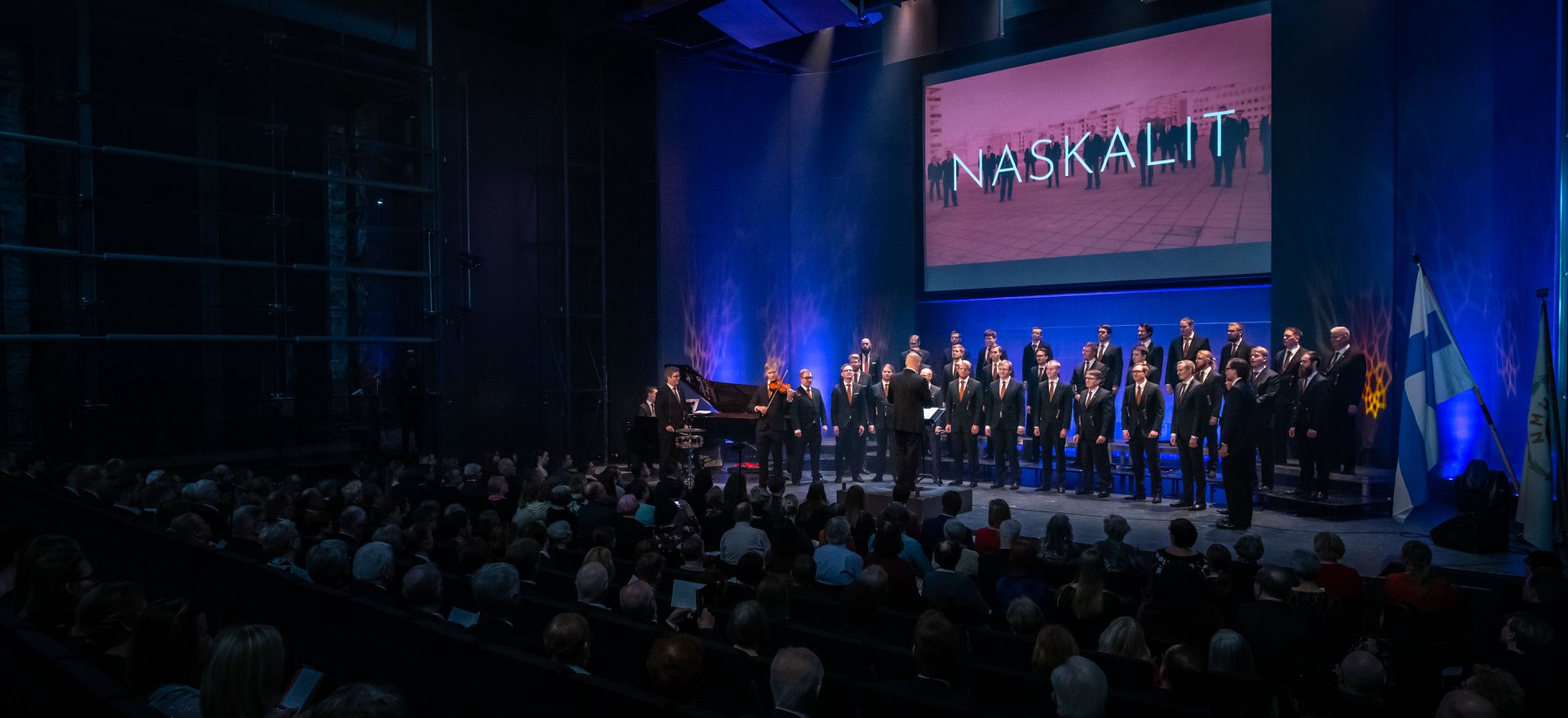 Konsertin ensimmäisen jakson päätti Kaj Chydeniuksen säveltämä Viimeisestä Illasta -tango, jossa rakkautta etsitään kahden tanssilavan luona. Kuva: Tuomas Kourula