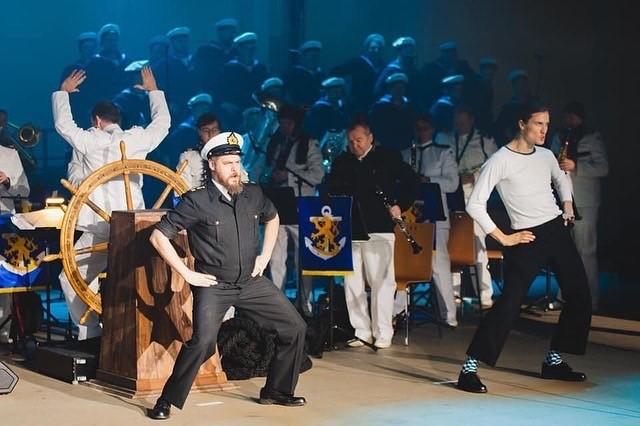 Mieskuoro Naskalit ja Laivaston soittokunta Meidän poikamme merellä -musiikkirevyy. Kuva: Puolustusvoimat/Joona Kankaanranta